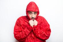 Uomo Con Impermeabile Rosso Su Sfondo Bianco