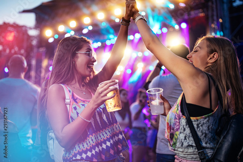 Nothings better than a festival with friend - 293167923