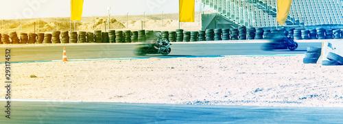 Fotografía motorcycle racer rides on a sports track