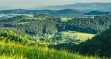 krajobraz niskich gór, widok ze szlaku na Wielką Sowę na otaczające doliny i lasy