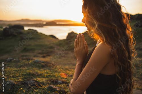 Stampa su Tela Woman praying alone at sunrise