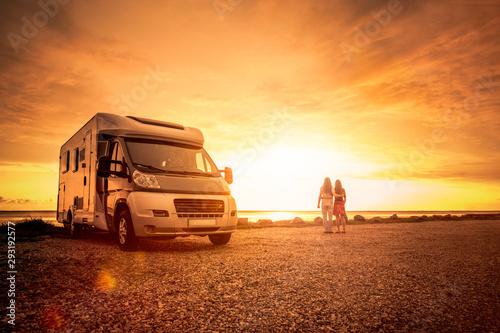 Glückliches Paar mit Wohnmobil am Strand Fototapeta