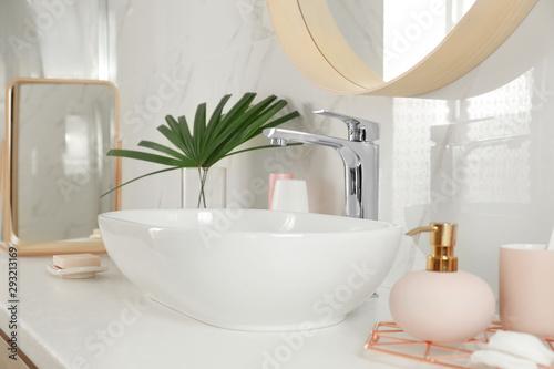Fotografía  Stylish bathroom interior with vessel sink and decor elements