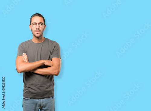 Photo Concentrated young man making a gesture of distrust