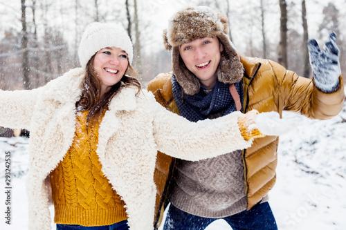 Fototapeta glückliches junges Paar, die zusammen Zeit im Winterwald verbringt