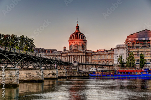 Foto auf Gartenposter Budapest Buildings and bridges along the Seine River in Paris