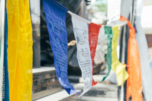 Carta da parati  Abstract blur buddhist flags in Himalaya mountains