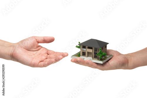 Photo 手に持った家の模型
