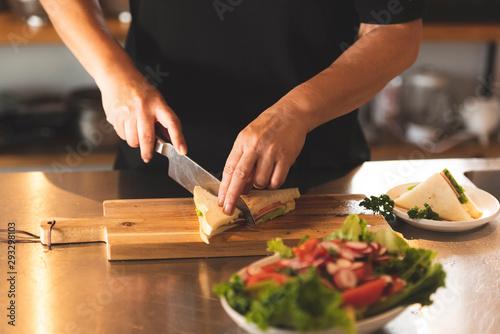 Fototapeta キッチンで調理をする obraz