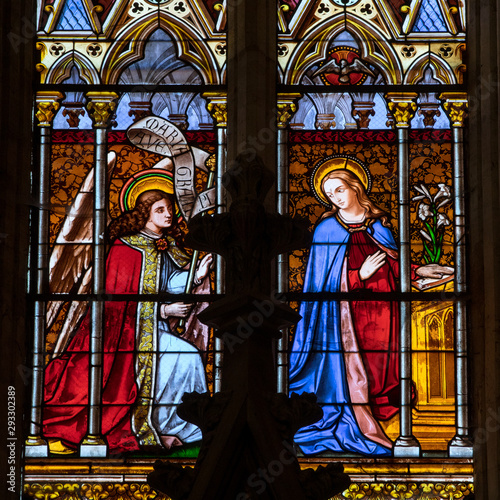 Tableau sur Toile Annunciation - Stained glass window at the Collegiale church of Saint Emilion,