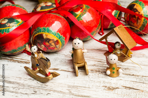 Adornos de Navidad muñecos vista de frente sobre madera blanca rústica Billede på lærred