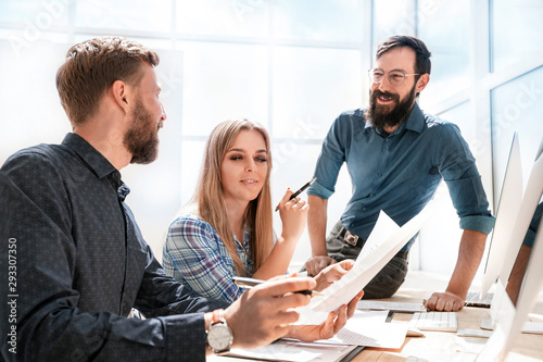 young businesswoman explaining something to her colleagues. Wallpaper Mural