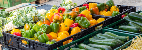 Biogemüse auf dem Wochenmarkt - 293310511