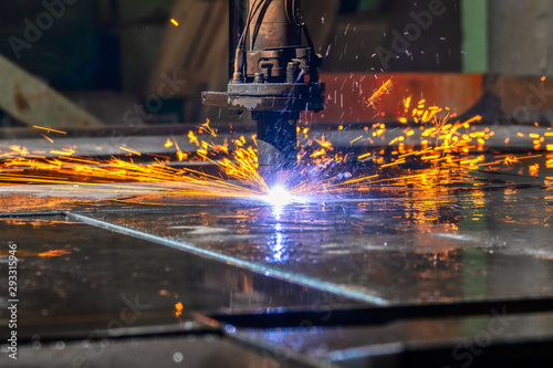 Cuadros en Lienzo Plasma cutting machine cuts large and thick steel sheets.