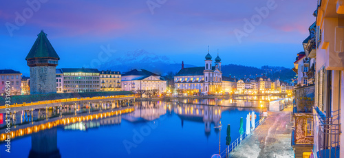 Obraz na plátně Historic city center of downtown Lucerne with  Chapel Bridge and lake Lucerne in