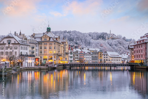 Photo Historic city center of downtown Lucerne with  Chapel Bridge and lake Lucerne in