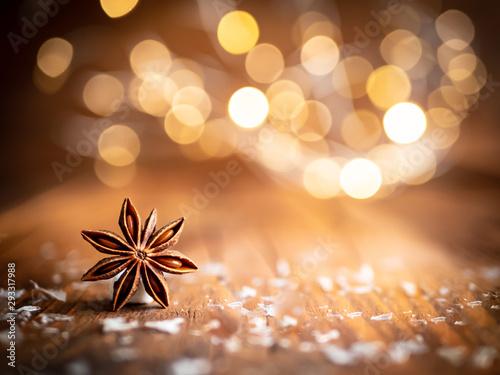 Fotografia, Obraz  Weihnachtlicher Sternanis mit Licher Bokeh auf einem Holztisch, rustikaler Stil,
