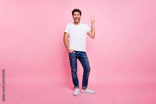 Pinturas sobre lienzo  Full body photo of excited enthusiastic middle eastern man have free time enjoy