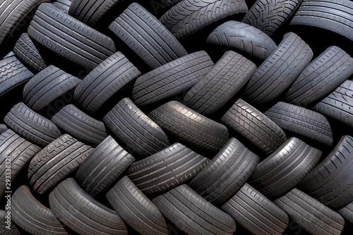 Valokuva Alte gebrauchte Reifen gestapelt im Fischgrätmuster