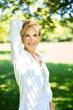 canvas print picture - Guta aussehende Frau im mittleren Alter im Sommer im Park