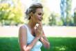 Leinwanddruck Bild - Frau im mittleren Alter meditiert im Park