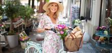 Attraktive Frau In Sommerlichem Kleid Ist Mit Dem Fahrrad In Der Stadt Unterwegs