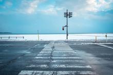 寒い雪国の信号機と横断歩道の様子, A Traffic Light With Snow In Winter