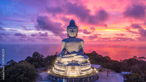 La pose en embrasure Buddha Aerial view Big Buddha at twilight, Big Buddha landmark of Phuket, Phukei Island, Thailand.