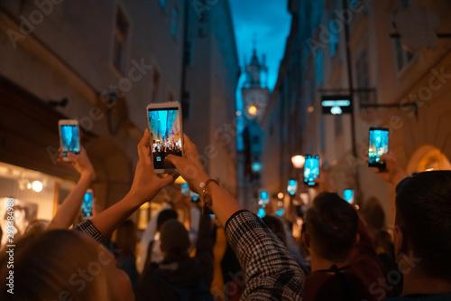 Billede på lærred crowd watch with interest the performance on the street