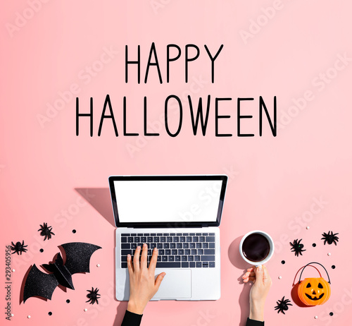 Poster Individuel Happy Halloween message with laptop and Halloween decorations - flat lay