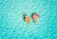 Junges Paar Genießt Den Urlaub Auf Bunten Luftmatratzen über Türkisem, Tropischen Meer Der Malediven