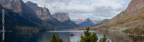 Spoed Foto op Canvas Bleke violet Beautiful Panoramic View of a Glacier Lake with American Rocky Mountain Landscape in the background during a Cloudy Summer Morning. Taken in Glacier National Park, Montana, United States.