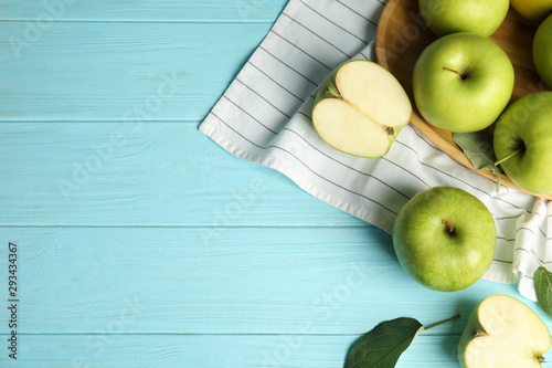 Foto Flat lay composition of fresh ripe green apples on blue wooden table, space for