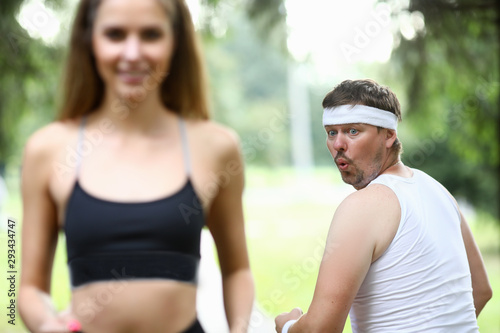 Photo Obese man doing morning jogging in park