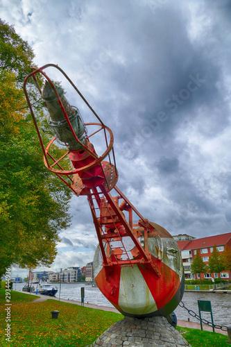 Fotografiet Historische Ansteuerungstonne im Hafen von Emden
