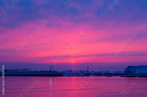 In de dag Roze Beautiful pink sunset on the marina yacht harbor with tranquil waves.