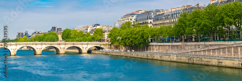 Fotomural  Paris, view of the Pont-Neuf and the ile de la Cité, with houseboats and be