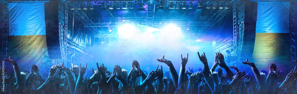 Fototapeta Feiernde Menschen vor einer Bühne