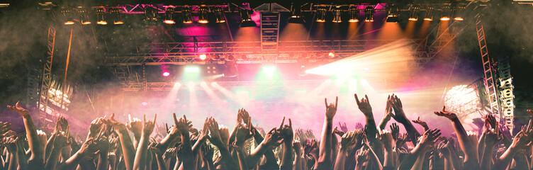 Feierende Menschen auf einem Konzert