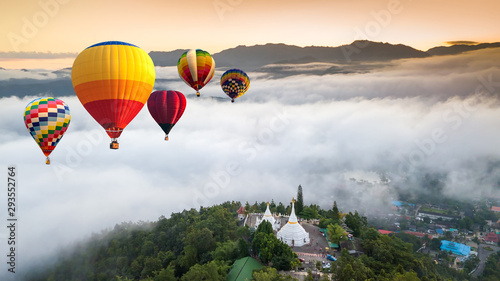 Montgolfière / Dirigeable Colorful hot air balloons flying over Phra That Doi Kong Mu Temple at Mae Hong Son, Thailand.