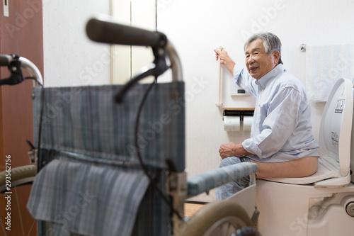 バリアフリートイレを使用中のシニア男性 Fototapet