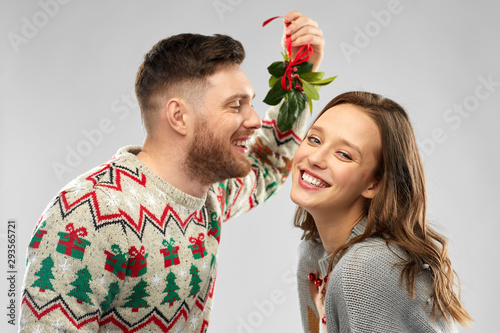 Obraz na plátně christmas, people and holiday traditions concept - portrait of happy couple in u