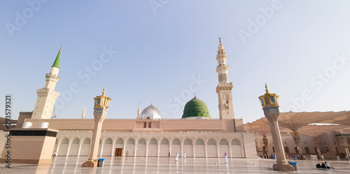 Fotomural Medina, Saudi Arabia - March 22, 2018 : Exterior view of Nabawi Mosque (Prophet Mosque) building in Medina