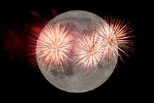 Ein Großes Feuerwerk In Der Nacht Vor Dem Vollmond.