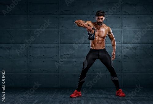 Fotografia Handsome Bodybuilder Exercising With Kettlebell