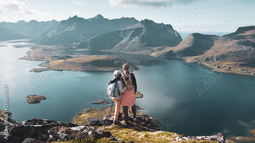 Photo A couple of young people in love stand hugging on top of the Voladstinden mountain in Lofoten islands in Norway