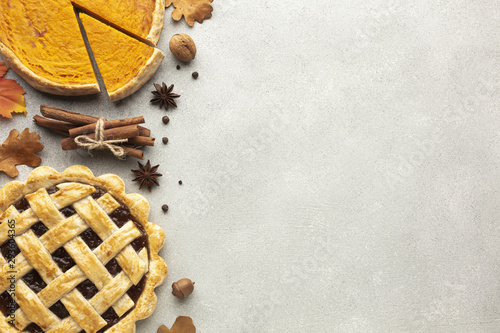 Foto  Flat lay frame with sliced pumpkin pie and acorn