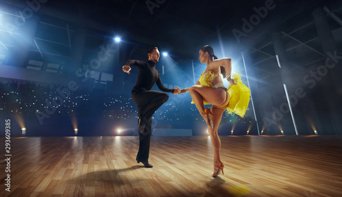 Photo Couple dancers  perform latin dance on large professional stage