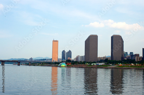 Fotografia  View to 63 building from the Hang river