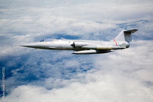 Платно Flugzeug (Kampfflugzeug) über den Wolken im Einsatz